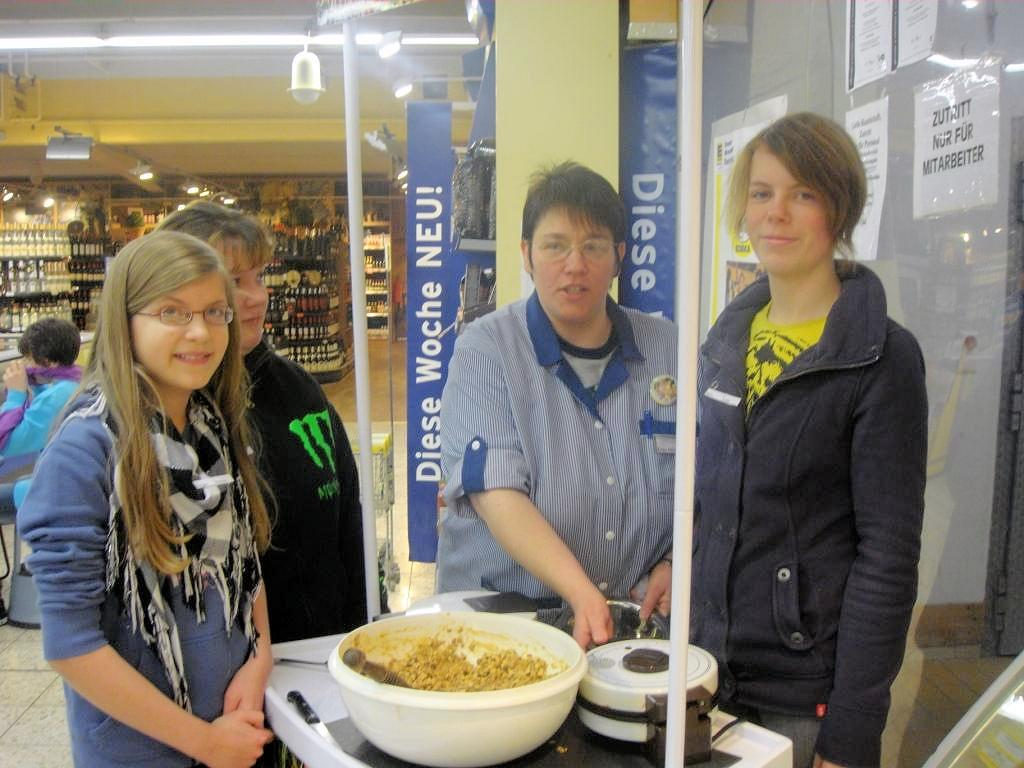 Die Ernährungsberaterinnen Frau Hölzebein und Frau Loch erwarteten die Schülerinnen und Schüler zu einer Marktrallye im Neukauf Treis-Karden.