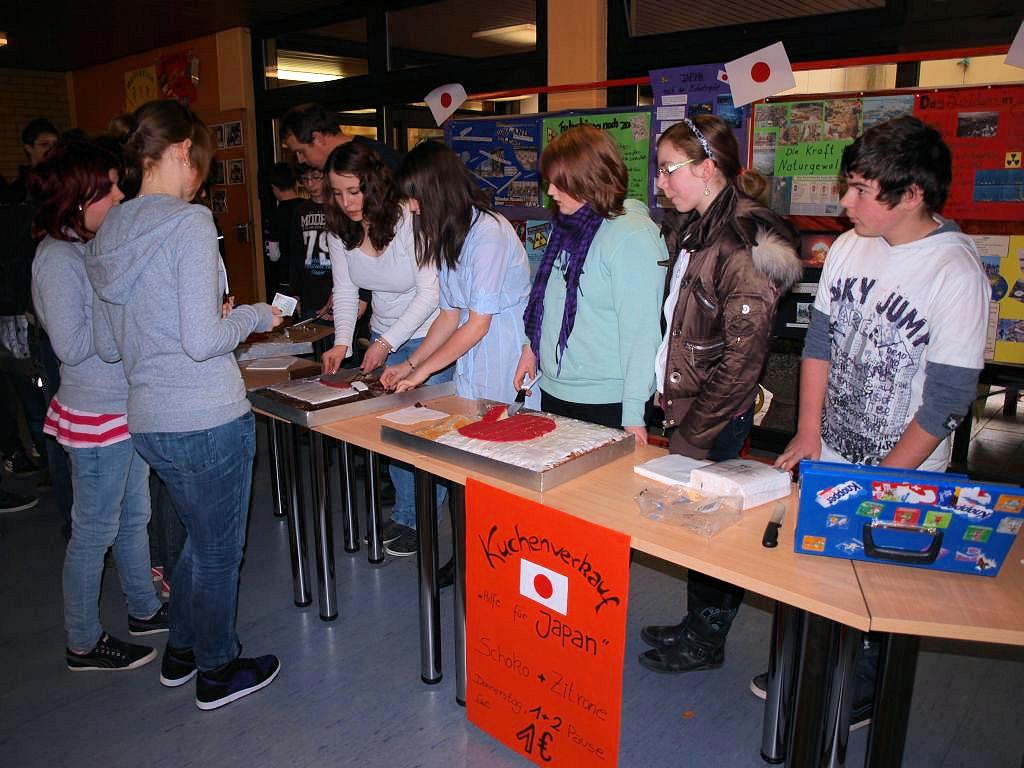 Kuchenverkauf hilft den Notleidenden in Japan Konrad