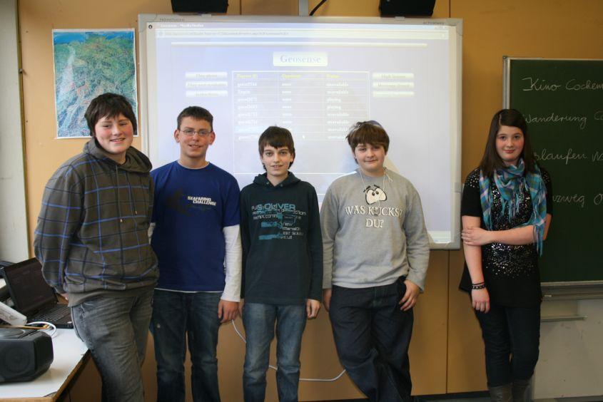 Beim klasseninternen Geografiewettbewerb 'Geosense' erreichten Malik, Karsten, Marvin, Florian und Kim die meisten Punkte. Innerhalb von jeweils 10 Sekunden mussten sie auf einer Europakarte 10 Städte suchen.