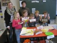 Zusammen mit Klassenlehrerin Beate Liesenfeld und Elke Meyer lernen die Erstklässler einzelne Buchstaben, die sie später in Form von Lebensmitteln in der Klasse essen durften.