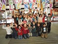"""Jungen und Mädchen der 3. Klasse bereiteten ihrer Lehrerin einen tollen Empfang. """"Herzlichen Glückwunsch"""" stand auf riesigen Lettern im Foyer der Konrad-Adenauer-Schule."""