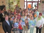 Bürgermeister Manfred Führ und Anita Reinhardt-Kraft ehrten zum Schluss die stolzen Sieger der einzelnen Grundschulklassen (vordere Reihe) mit Geld- und Sachpreisen.