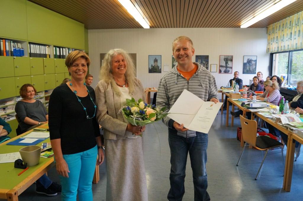 Konrektor Achim Buchholz überreichte zusammen mit Primarstufenleiterin Beate Müller (links) der Geehrten ein Blumengeschenk sowie die Dankesurkunde von Ministerpräsidentin Malu Dreyer.