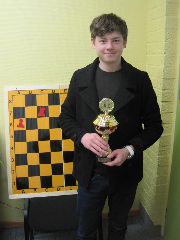 Stolz präsentiert Robin Boos den Pokal, den er bei der Schach-Meisterschaft in Koblenz errungen hat.