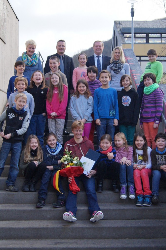 Die Jungen und Mädchen der 4. Klasse feierten mit Petra Schallenberger (vorne) den Sieg. Bürgermeister Manfred Führ, Ortschef Philipp Thönnes sowie die Elternsprecher (hinten) überreichten Geschenke und Blumen.