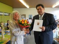 Schulleiter Eugen Herrmann überreichte Lydia Schuster in einer kleinen Feierstunde die Urkunde der ADD Trier.