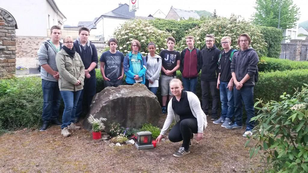 Eine Kerze entzündete die Klasse 9a am Gedenkstein auf dem Treiser Friedhof, ehe man auf Spurensuche im Ort in Richtung Tunnel ging.