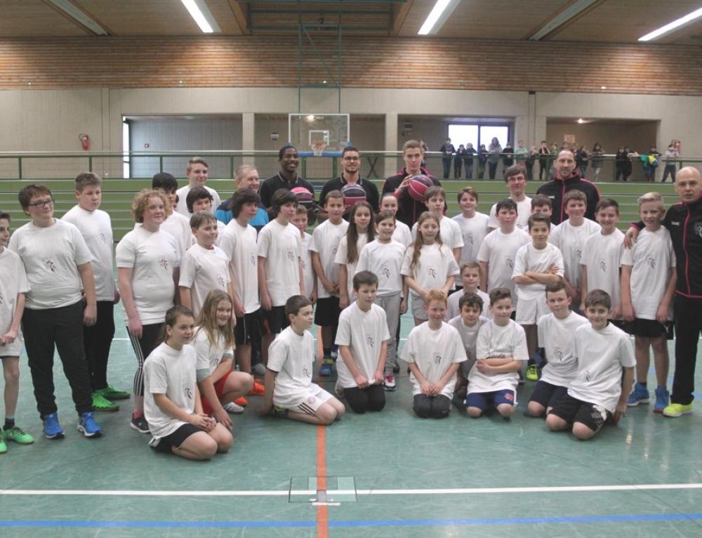 """Basketballprofis der """"Telekom-Baskets Bonn""""  zu Gast an unserer Schule"""