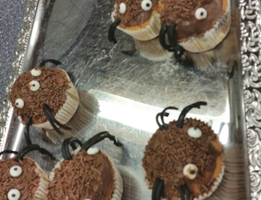 Grundschüler backen Spinnenmuffins