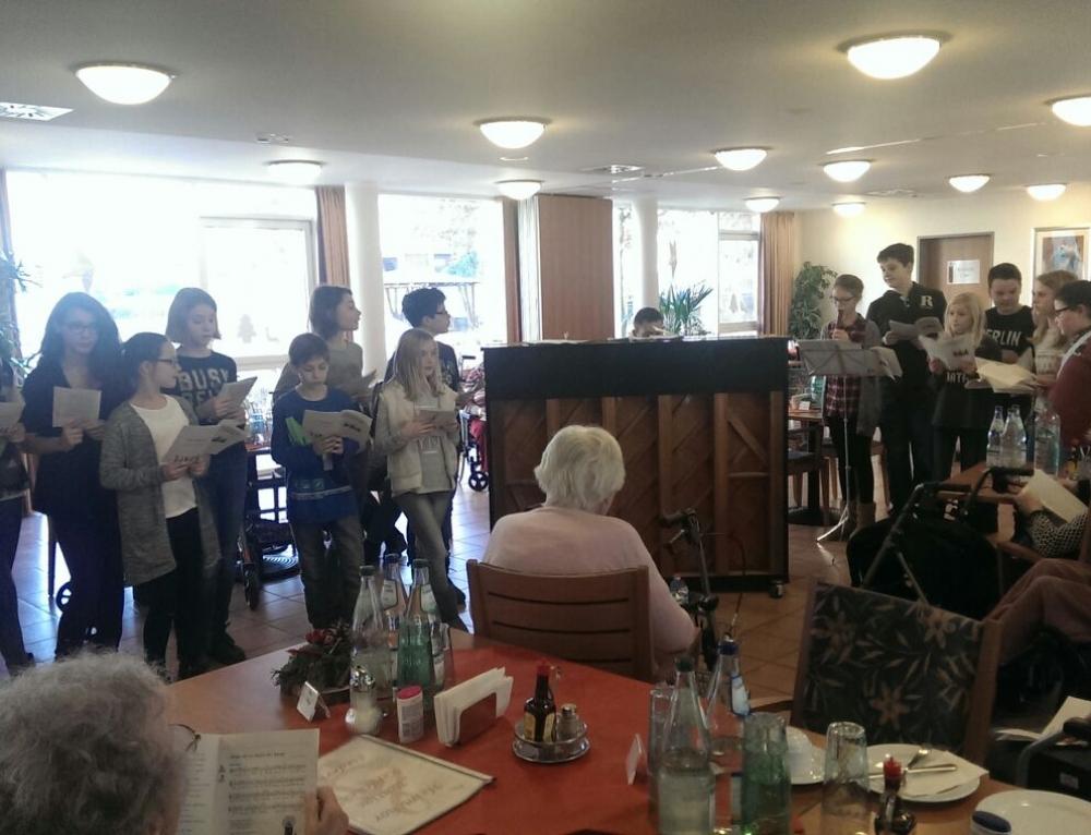 Fünft- und Sechstklässler singen im Seniorenstift St. Katharina in Treis