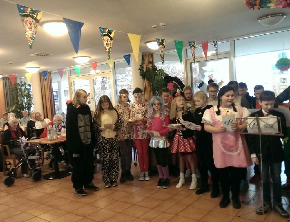 Jung und Alt feiern Karneval im Seniorenstift St. Katharina