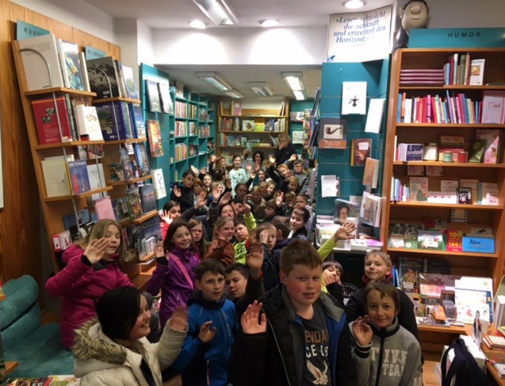 Zum Welttag des Buches besuchten die 5. Klassen die Buchhandlung Layaa-Laulhé in Cochem
