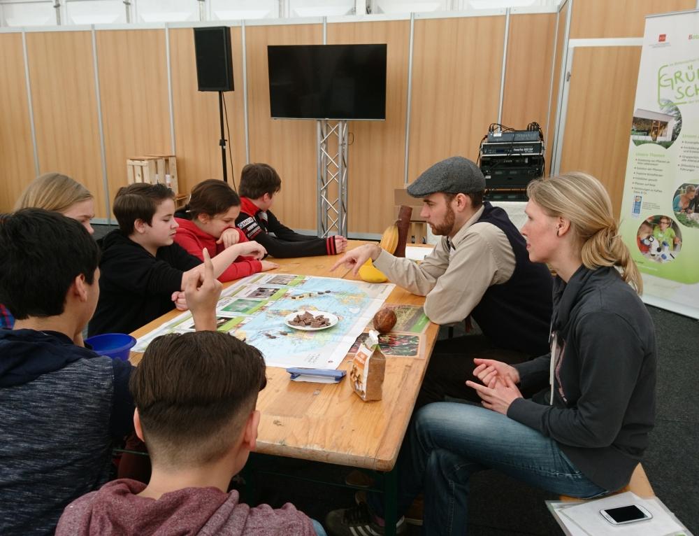 """Ausflug der Ruanda-AG zur """"Faire-Welten-Ausstellung"""" auf der Rheinland-Pfalz-Messe 2018"""