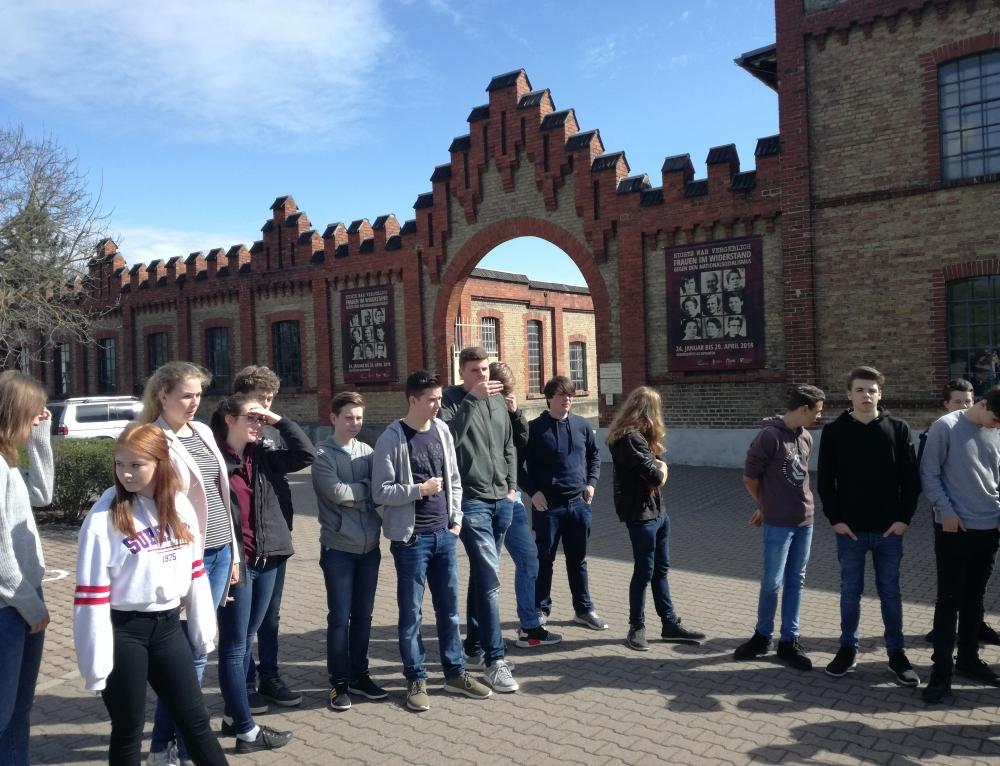 Klasse 9b und Klasse 10 besuchen KZ-Gedenkstätte in Osthofen