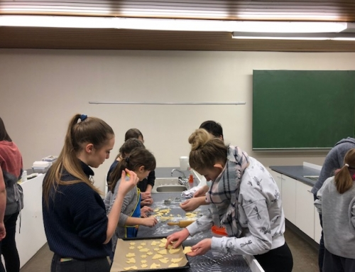Klasse(n)backen: Klasse 10 und ihre Paten in der Weihnachtsbäckerei