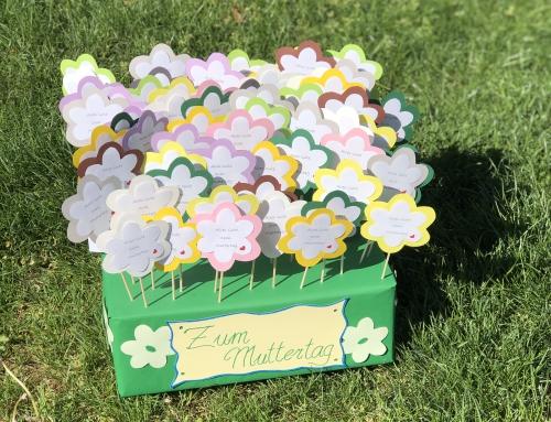 5b verschenkt gebastelte Blumen zum Muttertag